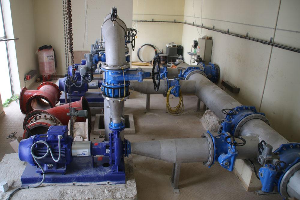 Station de reprise : les canalisations rouges en acier ont été remplacées par les canalisations bleues en inox