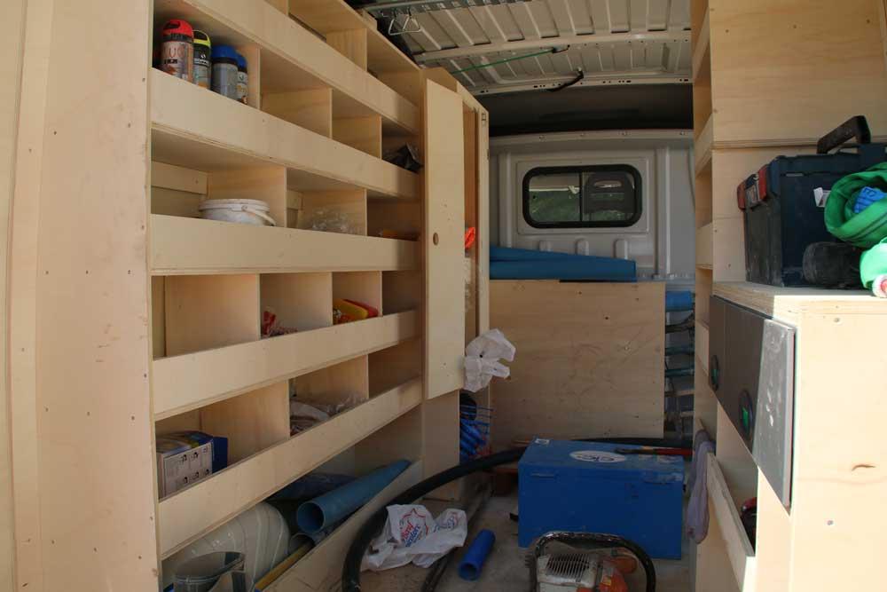 Intérieur du véhicule optimisé avec création d'une penderie et bacs pour outils