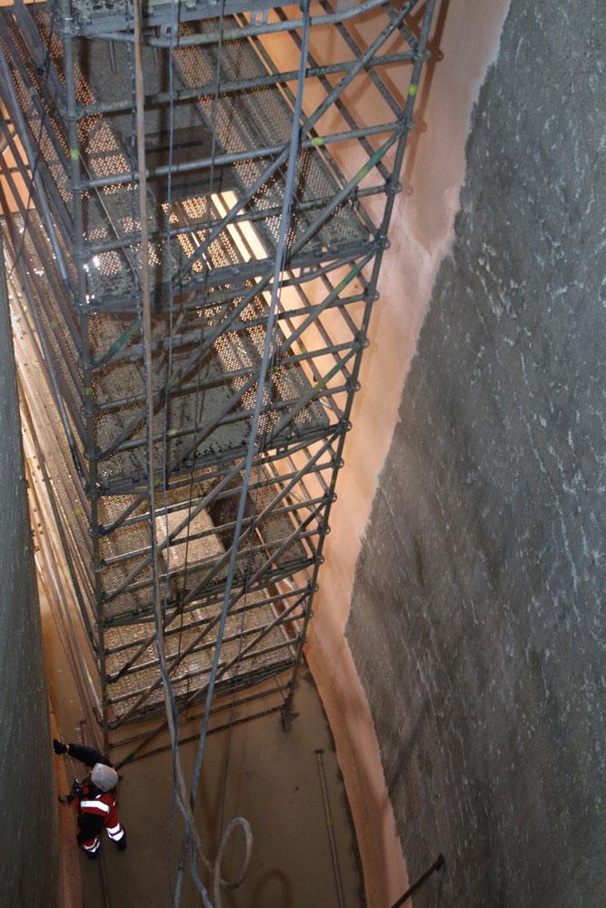 Pari technique : installation d'un échafaudage d'une quinzaine de mètres à l'intérieur de la cuve extérieure