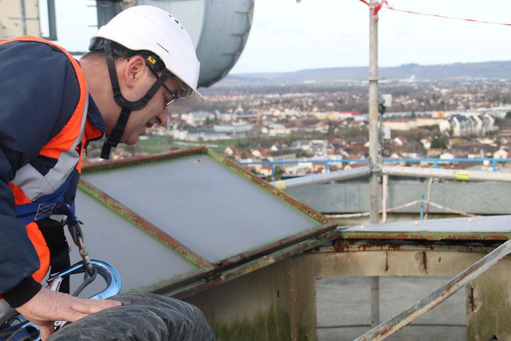 Le lanterneau au centre du dôme du réservoir sur piliers est exceptionnellement ouvert le temps des opérations.