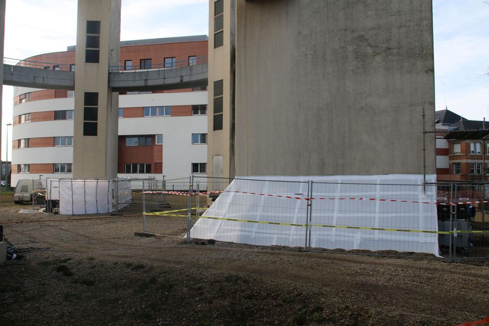 Désamiantage des soubassements des piliers : installation d'une zone de confinement (Travaux en sous-section 3)