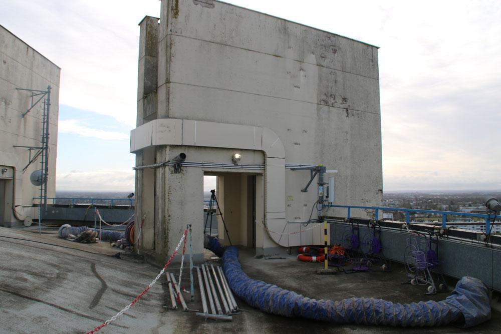 Au premier plan on peut apercevoir une gaine de ventilation qui sert à renouveler l'air dans les cuves pendant les travaux d'étanchéité.